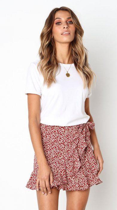 falda estampada y camiseta blanca