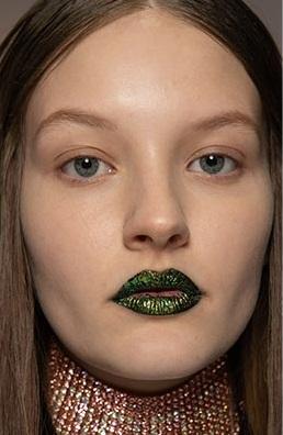 labios oscuros y brillantes maquillajes invierno 2021