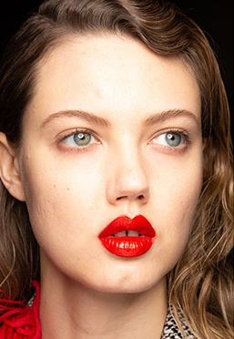 labios rojos brillantes maquillajes invierno 2021