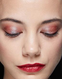 labios rojos brillosos maquillajes invierno 2021