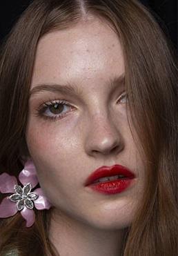 labios rojos sencillos maquillaje verano 2021
