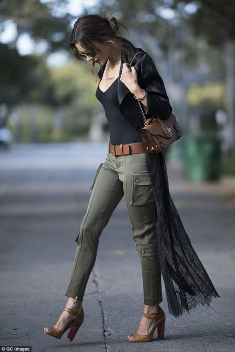look con pantalon cargo verde militar