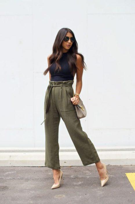 look con pantalon verde oliva de lino