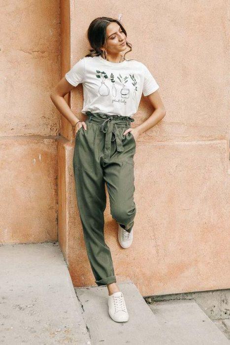 look informal con pantalon verde militar