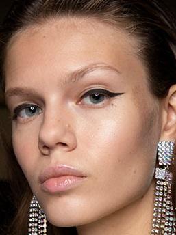 maquillaje alado negro corto verano 2021