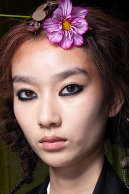maquillaje con ojos deliniados gruesos verano 2021