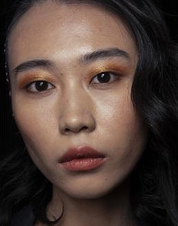maquillaje con sombras doradas verano 2021