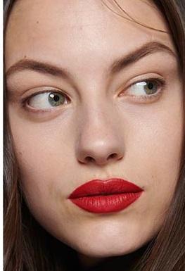 maquillajes invierno 2021 labios rojos