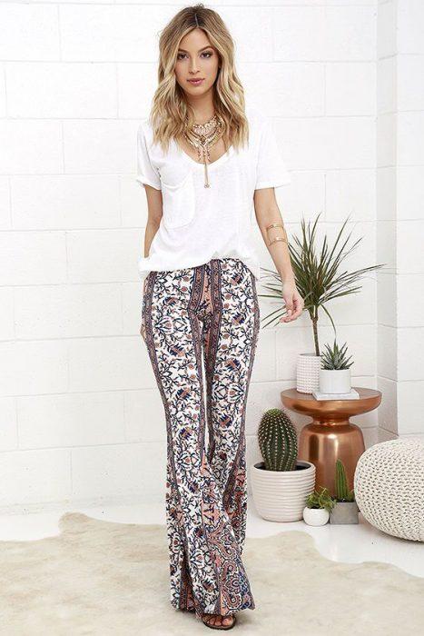 outfit pantalon estampado y remera blanca