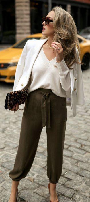 outfit para el trabajo con pantalon militar