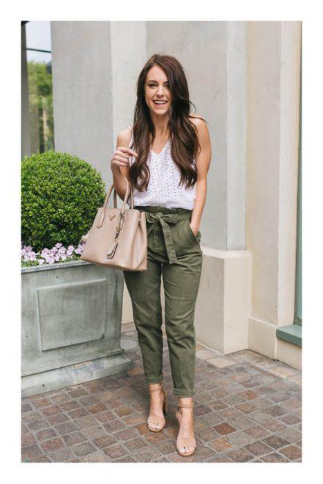 pantalon verde con sandalias nude