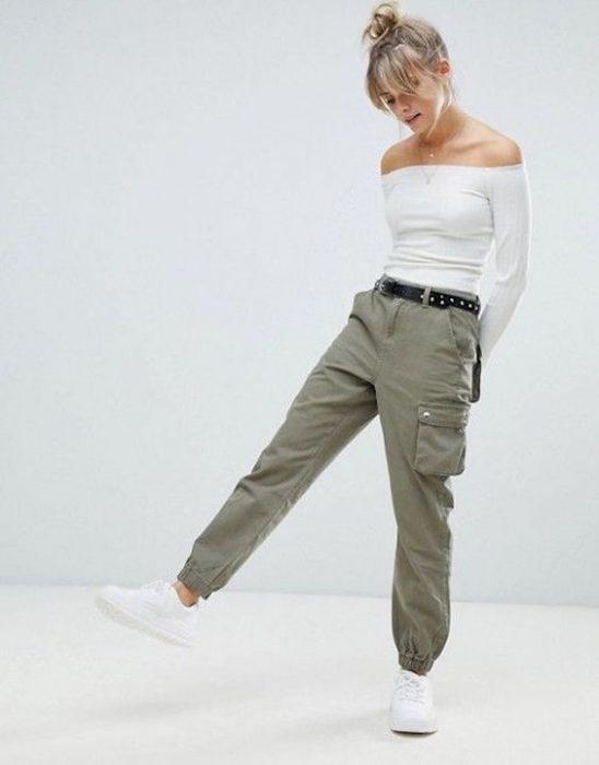 pantalon verde militar con zapatillas blancas