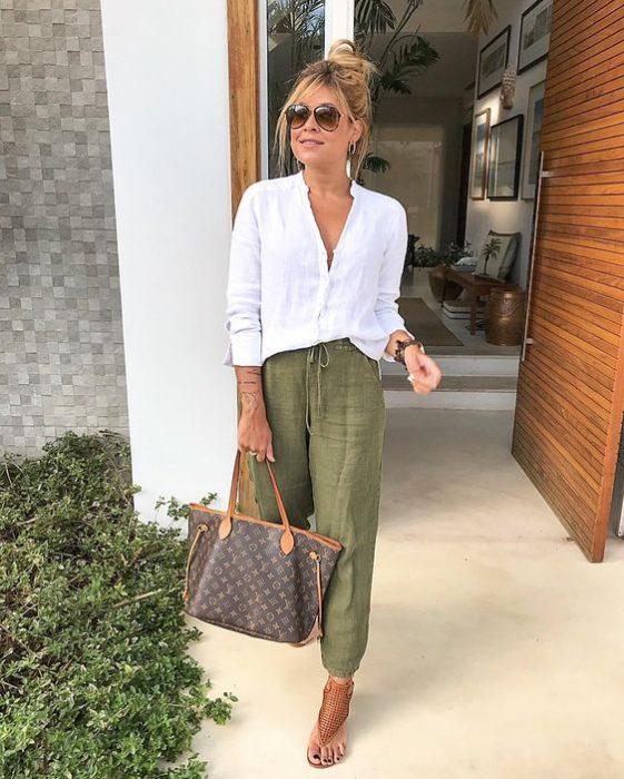 pantalon verde oliva con camisa blanca