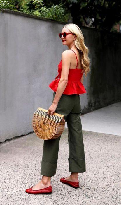 pantalon verde oliva y blusa roja
