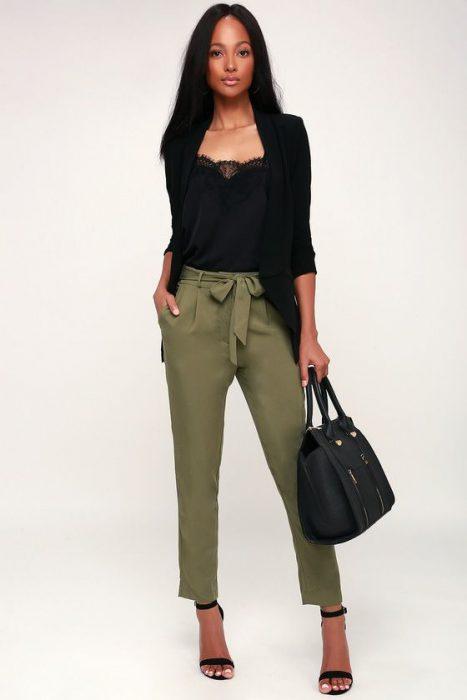 pantalon verde oliva y lusa negra