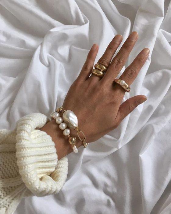 pulseras con perlas y cadenas grandes