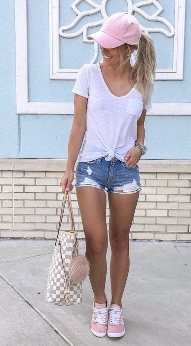 short de jeans y camiseta blanca
