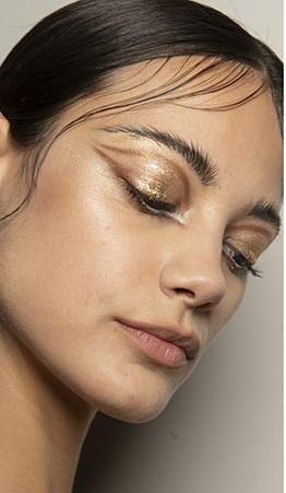 sombras de ojos dorado maquillajes invierno 2021