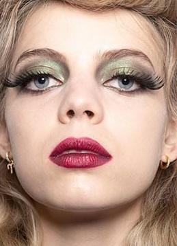 sombras en tonos brillantes maquillajes invierno 2021