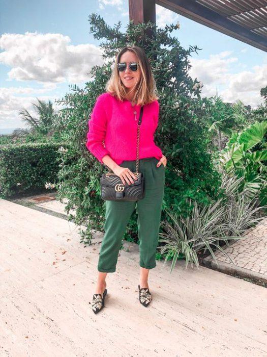 sweater fucsia y pantalon verde oliva