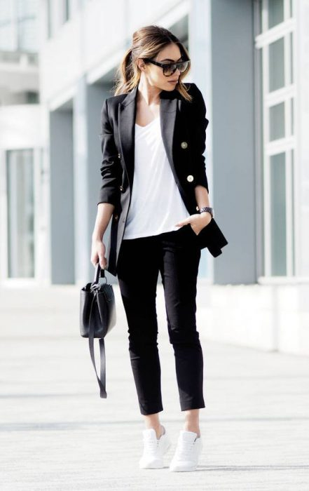 traje negro con remera blanca