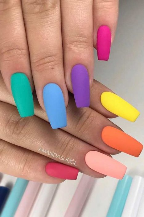 uñas multicolores mate
