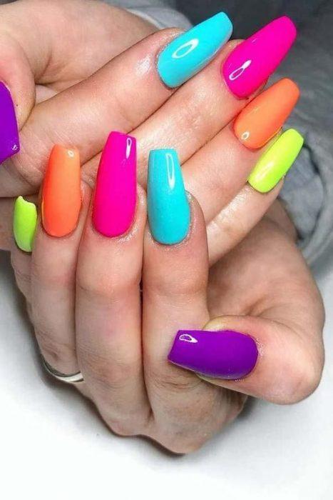 uñas multicolores neon