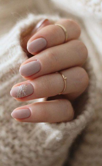 uñas ovaladas color piel
