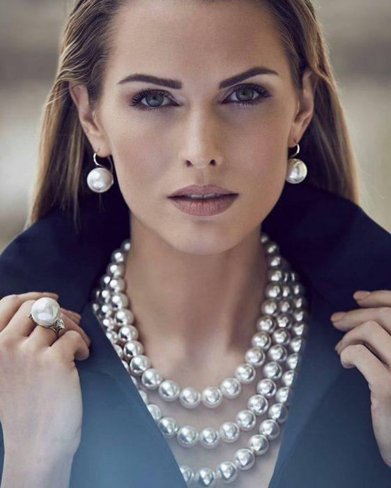 usar perlas a la moda accesorios invierno 2021