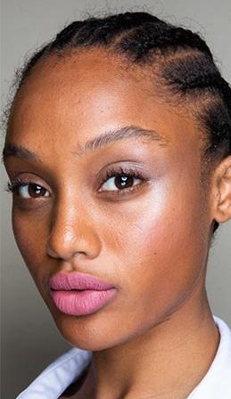 verano 2021 maquillaje con rubor rosado