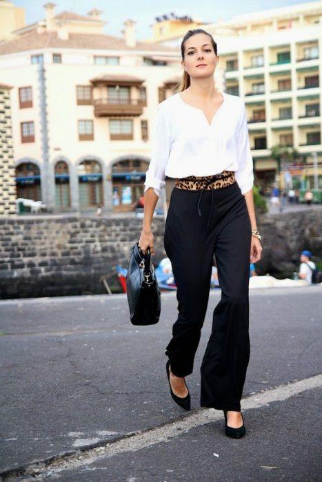 palazzo negro y blusa blanca