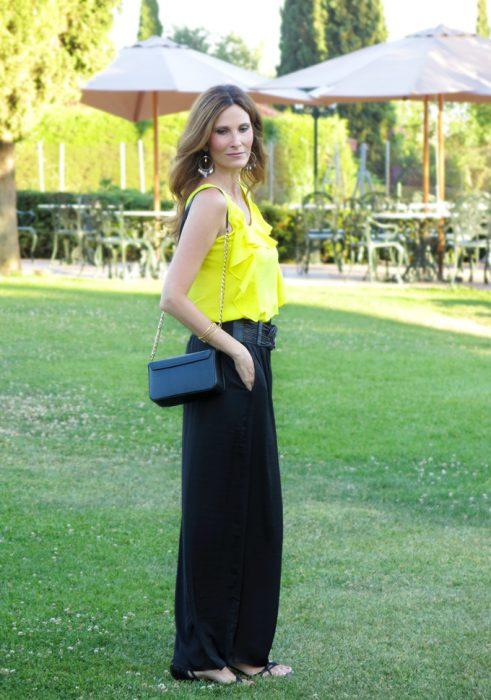 palazzo y blusa amarilla
