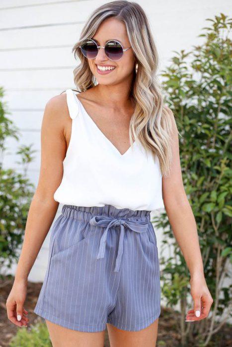 short a rayas y blusa blanca