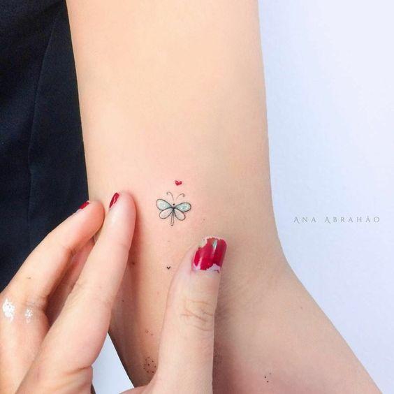 tatuaje libelula pequena a color