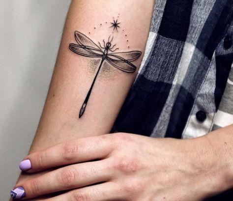 tatuaje libelula sin color
