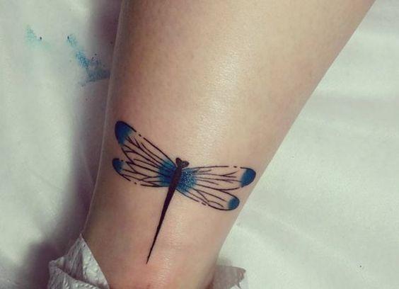 tatuajes de libelula pierna