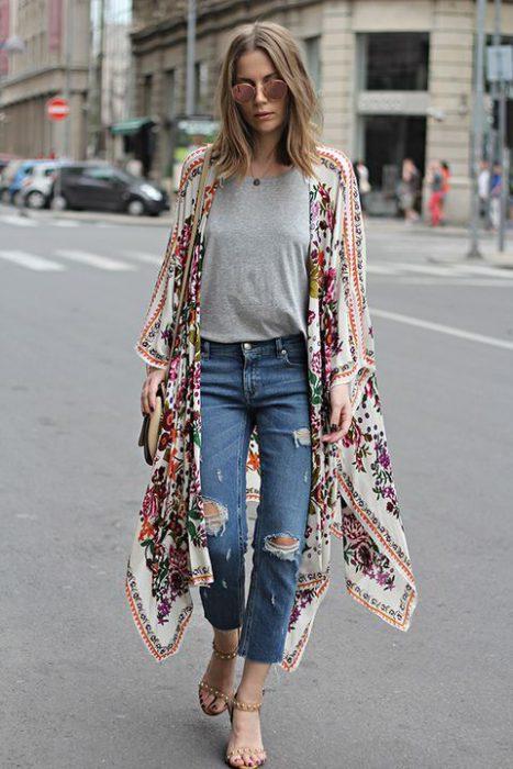Kimono largo estampado floral con jeans