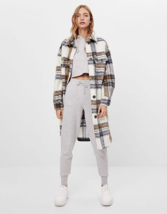 jogger con trench