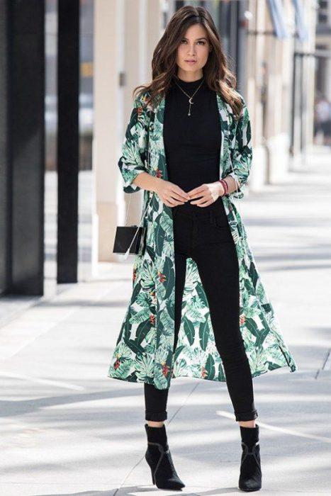 look con pantalones y kimono largo