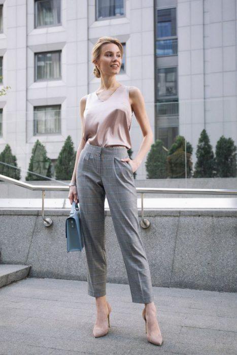 look formal urbano con pantalon a cuadros gris