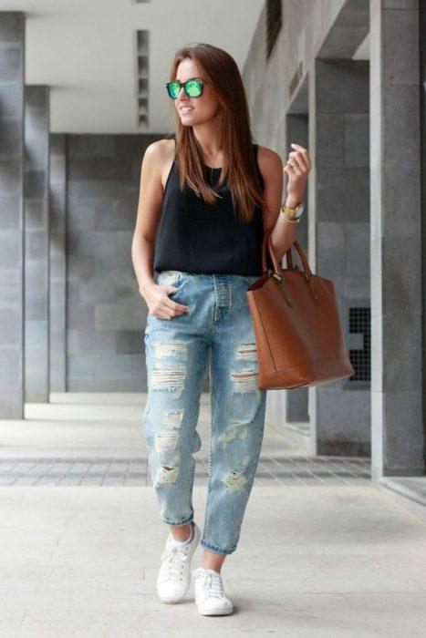 look urbano con jeans rotos