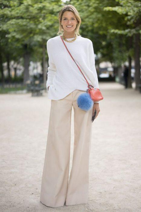 look urbano con pantalon acampanado beige