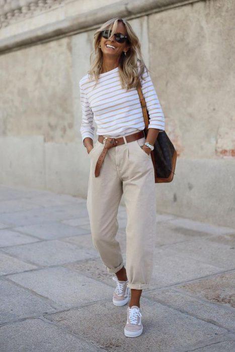 oufit casual con pantalon recto beige