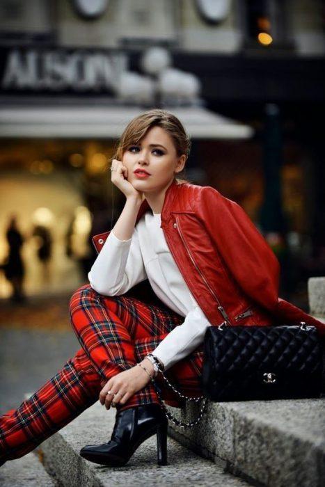 outfit a la moda con pantalon a cuadro rojo