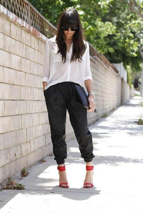 outfit con jogger y camisa