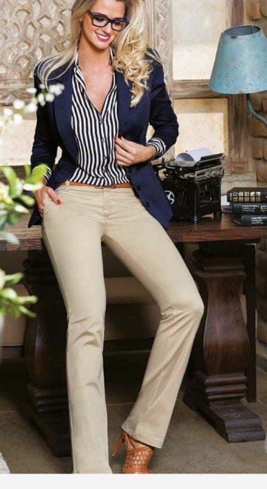 outfit para la oficina con pantalon beige