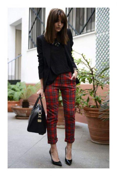 pantalon a cuadros con blazer negro