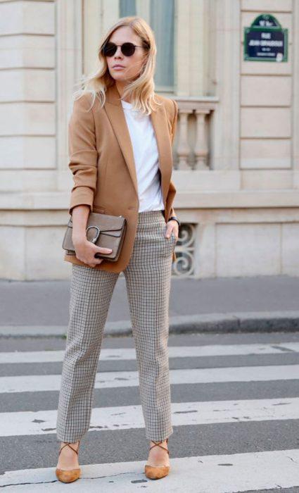 pantalon a cuadros y blazer liso