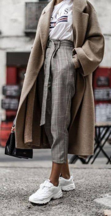 pantalon a cuadros y remera invierno