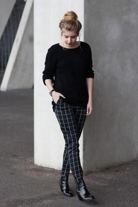 pantalon a cuadros y sweater negro
